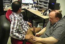 Két férfi kényezteti egymást